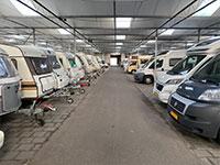 Caravanstalling Persoon Caravan Care tegelvloer en geisoleerd dak